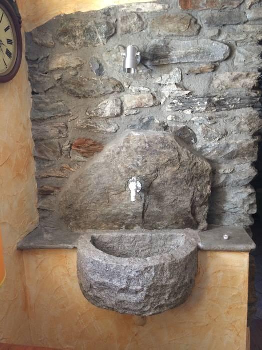 Lavandino in pietra: Soggiorno in stile in stile Rustico di Sangineto s.r.l