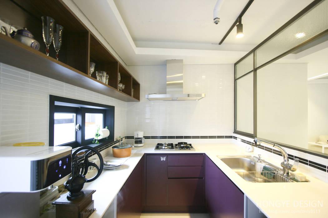 고가구의 적절한 배치, 오리엔탈 느낌의 32py 인테리어: 홍예디자인의  주방,한옥