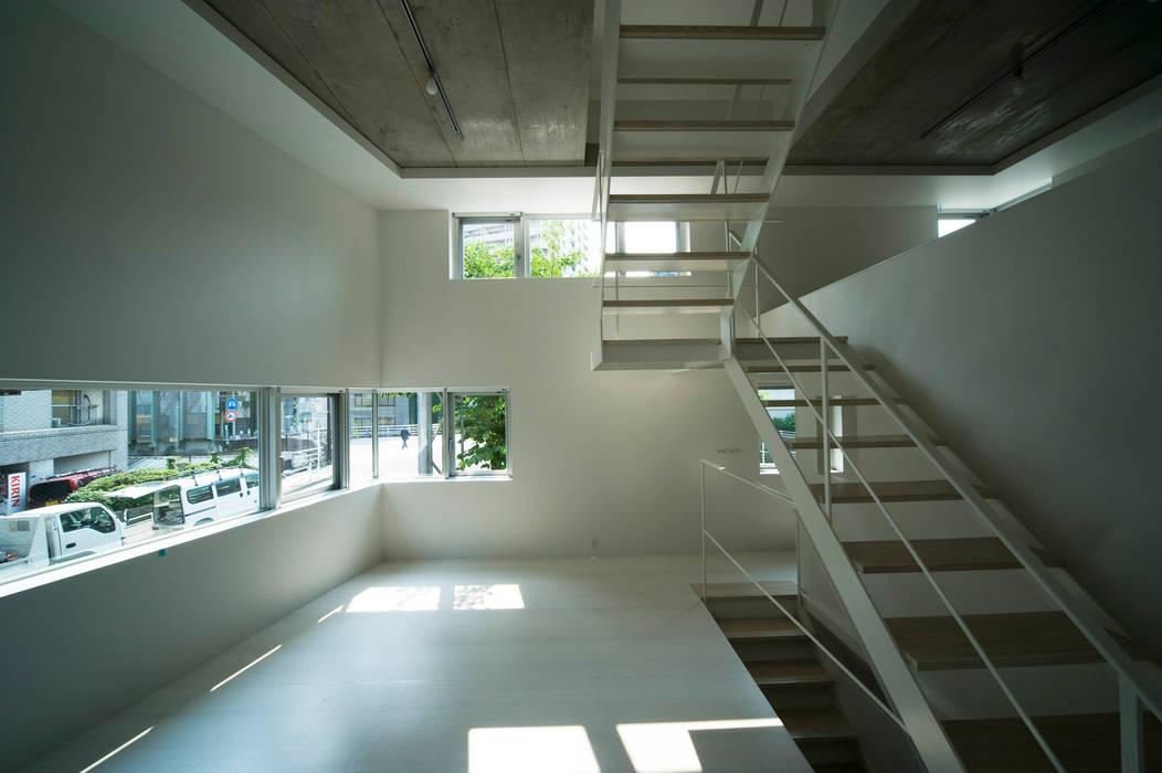 はたのいえ: 山本想太郎設計アトリエが手掛けたリビングです。
