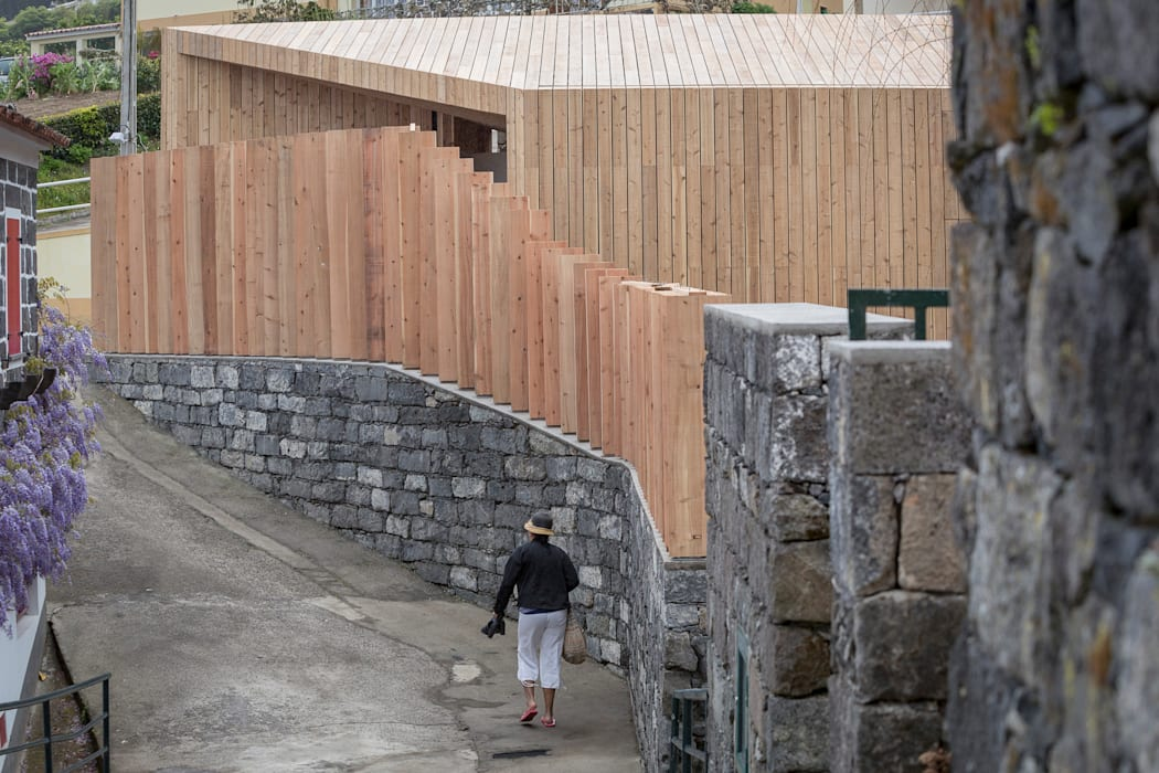 Pasillos, vestíbulos y escaleras de estilo minimalista de Monteiro, Resendes & Sousa Arquitectos lda. Minimalista