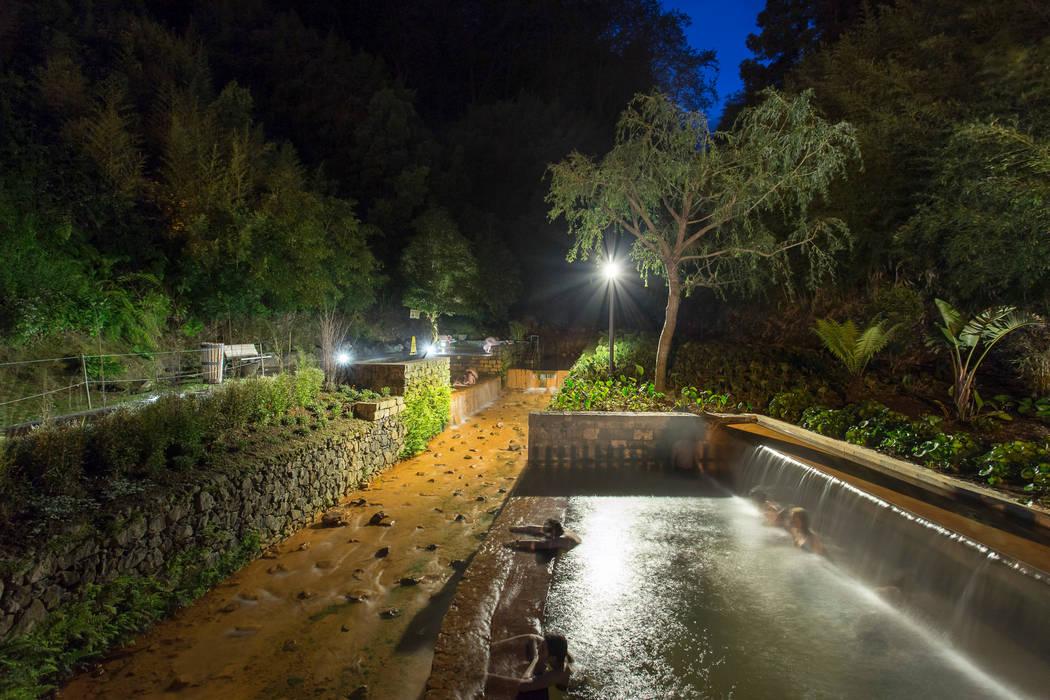 "THERMAL SPRINGS POOLS ""POÇA DA DONA BEIJA"" Minimalist pool by Monteiro, Resendes & Sousa Arquitectos lda. Minimalist"