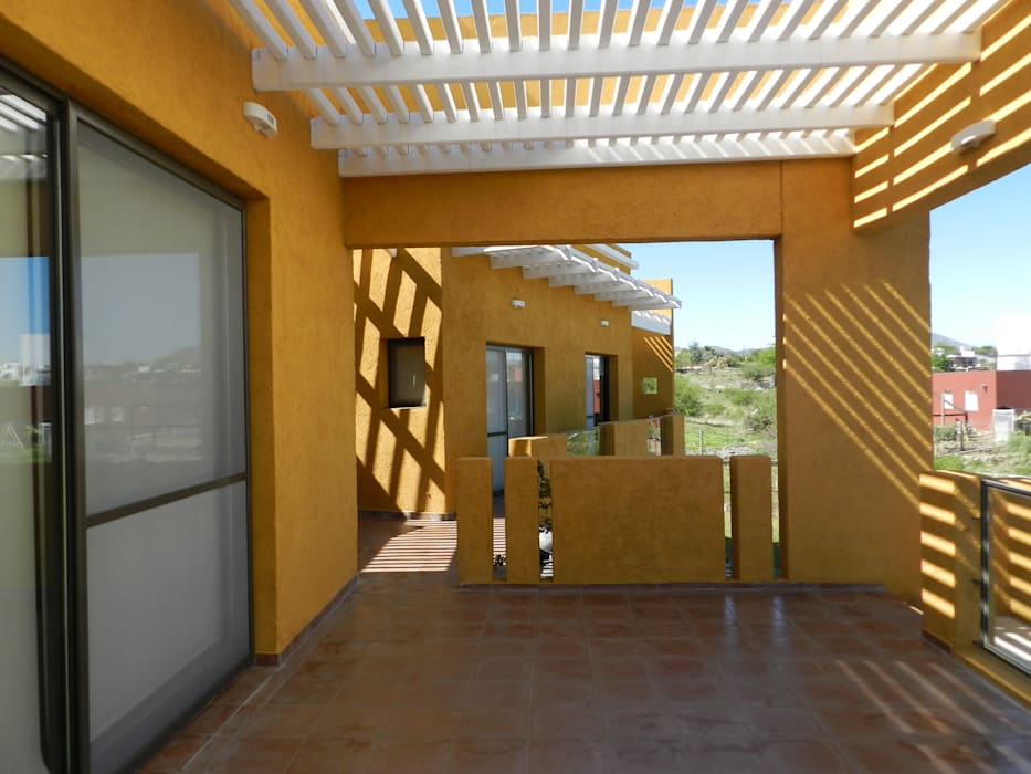 CASA DE CAMPO LOMAS DEL REY Balcones y terrazas modernos: Ideas, imágenes y decoración de ART quitectura + diseño de Interiores. ARQ SCHIAVI VALERIA Moderno