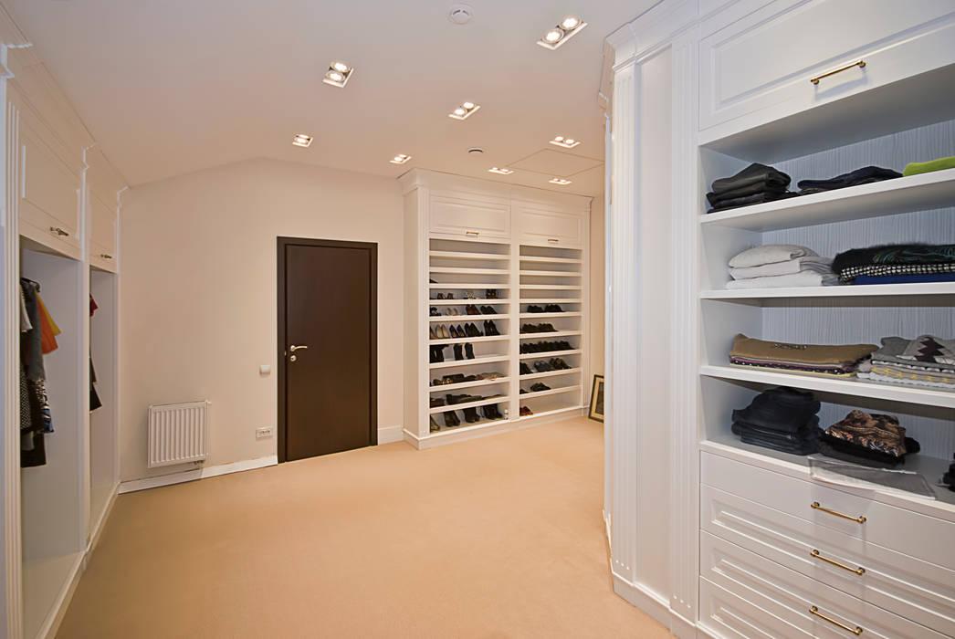 Просторная гардеробная от PM studio Классический Изделия из древесины Прозрачный