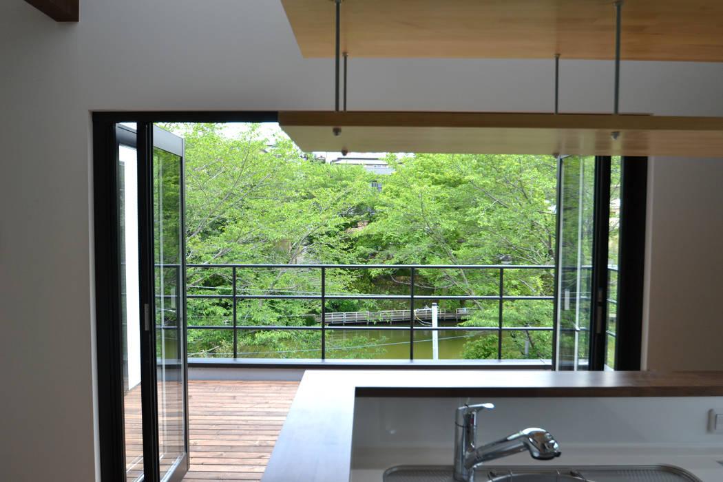 キッチンからテラスの眺め モダンな キッチン の 株式会社スタジオ・チッタ Studio Citta モダン