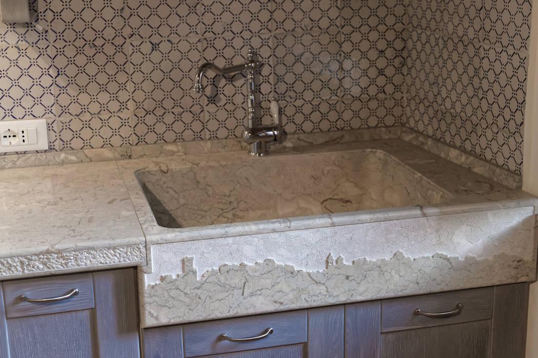 Lavandino in pietra con decoro frontale: cucina in stile di ...