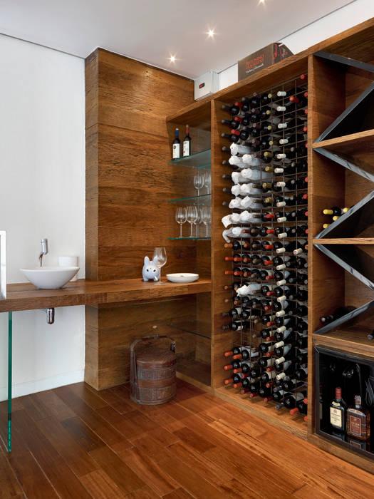 Wine cellar by Márcia Carvalhaes Arquitetura LTDA.