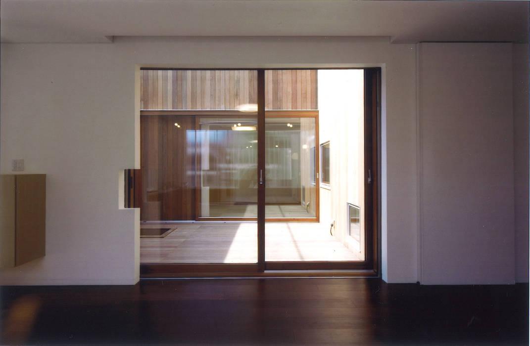 コートハウス: ツチヤタケシ建築事務所が手掛けた窓です。,モダン