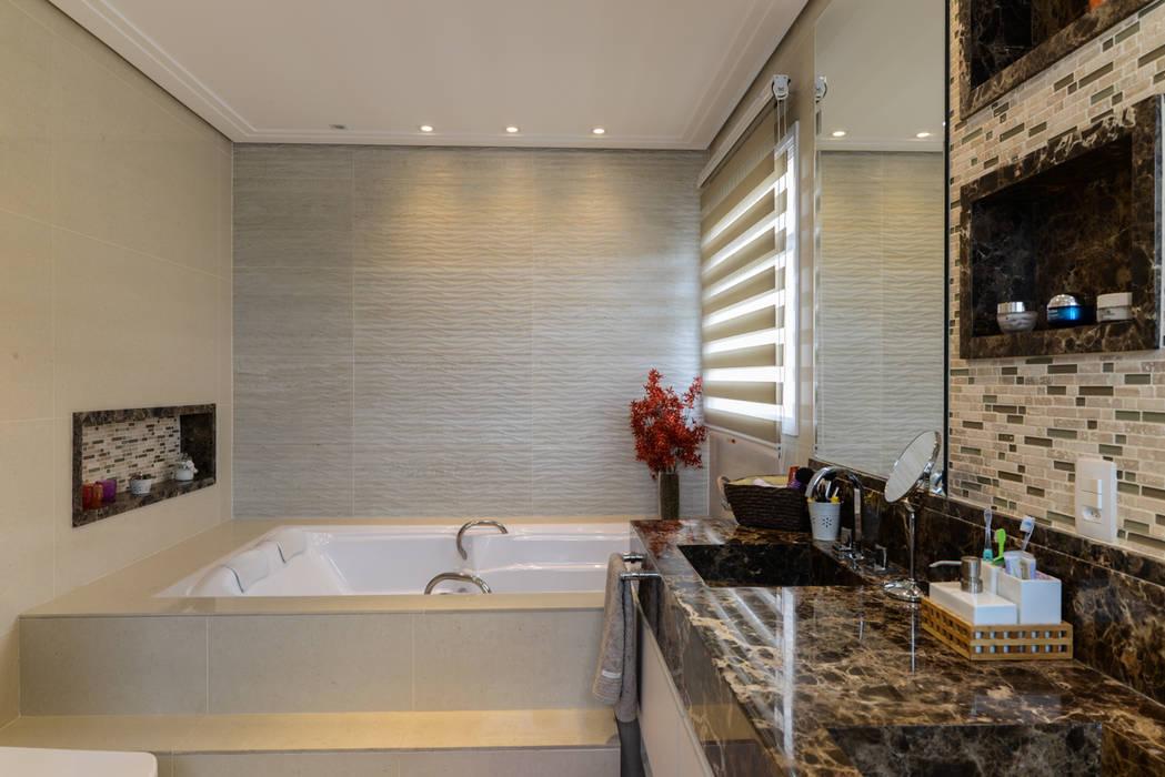 現代浴室設計點子、靈感&圖片 根據 LAM Arquitetura   Interiores 現代風