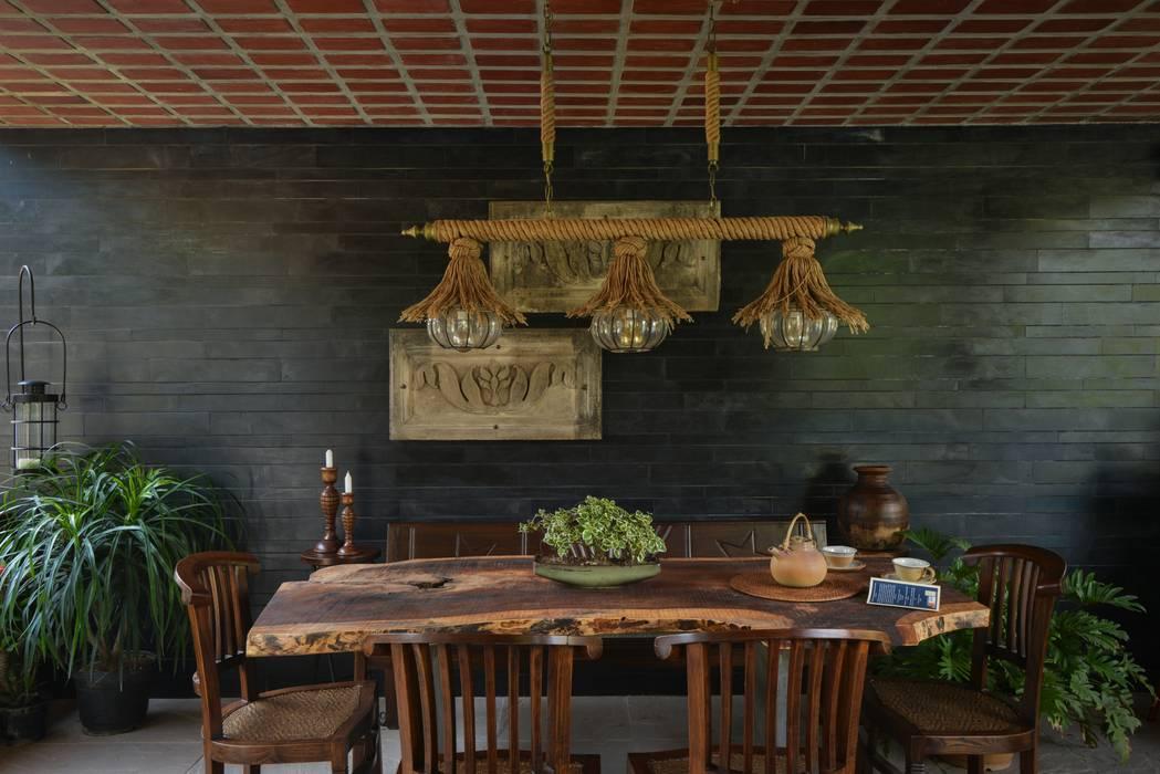 Chattarpur Farmhouse New Delhi monica khanna designs Dining roomTables