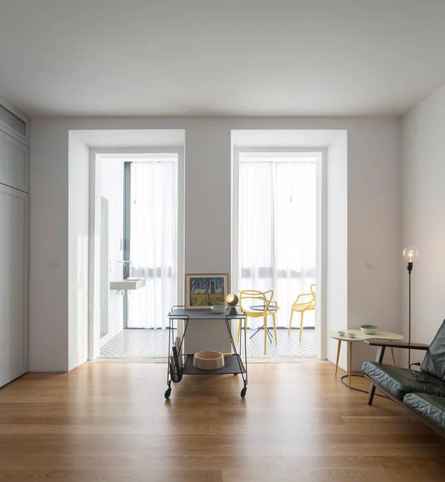 Príncipe real apartment lisbon Modern corridor, hallway & stairs by fala Modern
