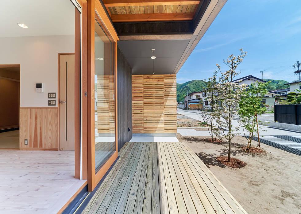 Balcones y terrazas de estilo moderno de 君島弘章建築設計事務所 Moderno Madera Acabado en madera