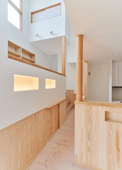 Couloir, entrée, escaliers modernes par 君島弘章建築設計事務所 Moderne Bois Effet bois