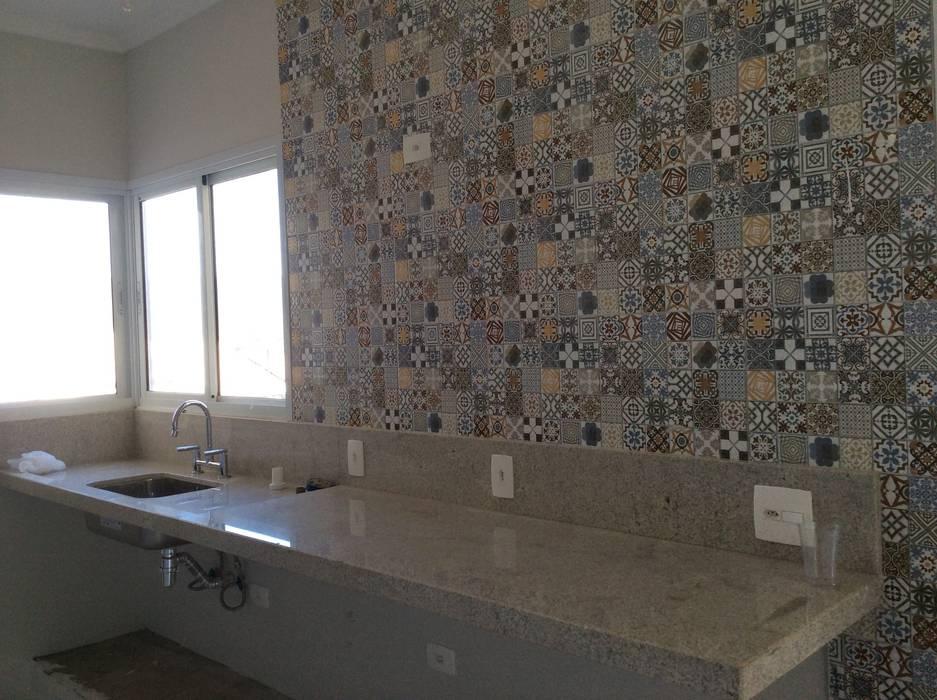 Cucina in stile rustico di Vanda Carobrezzi - Design de Interiores Rustico
