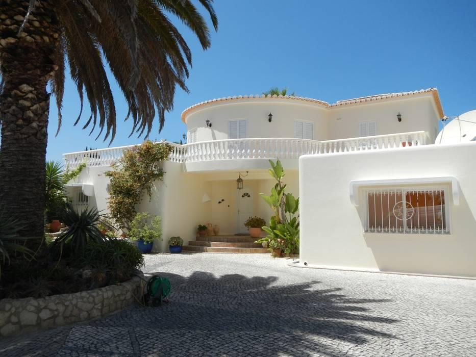 Facade Repair and Painting Nhà phong cách Địa Trung Hải bởi RenoBuild Algarve Địa Trung Hải