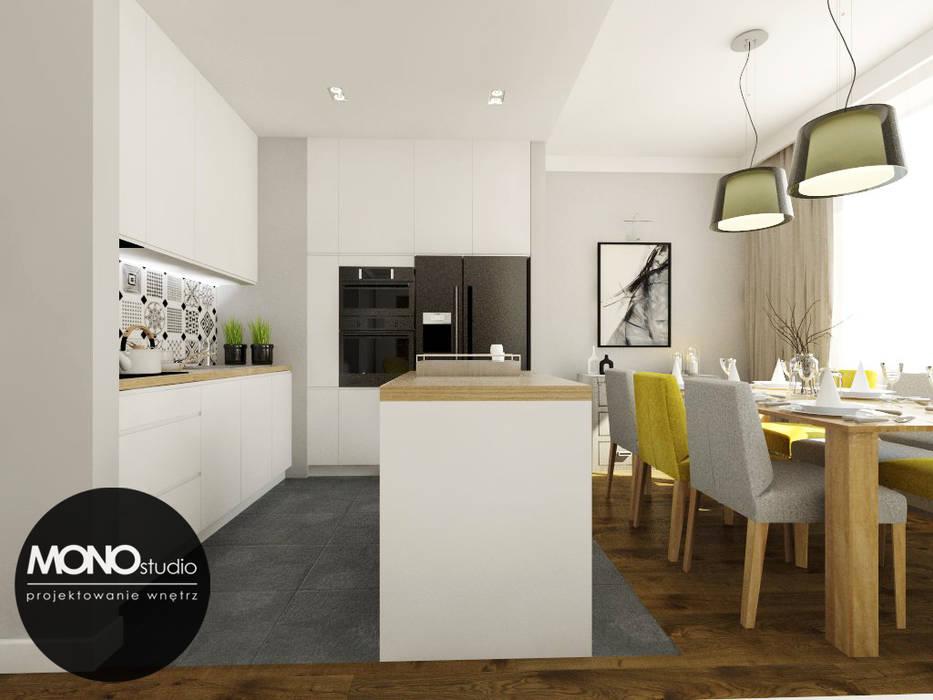 Nowoczesna otwarta na salon kuchnia w minimalistycznym charakterze z dodatkiem ciepłego drewna i koloru Nowoczesna kuchnia od MONOstudio Nowoczesny Kompozyt drewna i tworzywa sztucznego