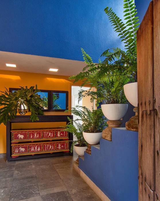 Residencia Tepoztlán: Pasillos y recibidores de estilo  por Olivia Aldrete Haas, Moderno