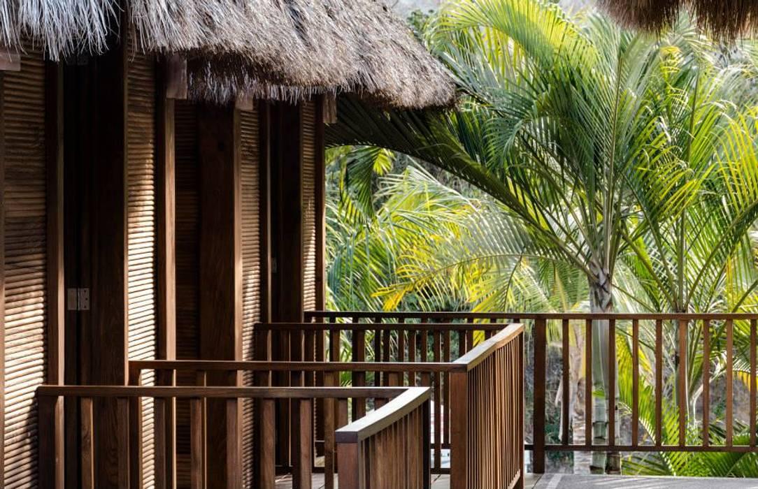 Tropical style balcony, veranda & terrace by BR ARQUITECTOS Tropical