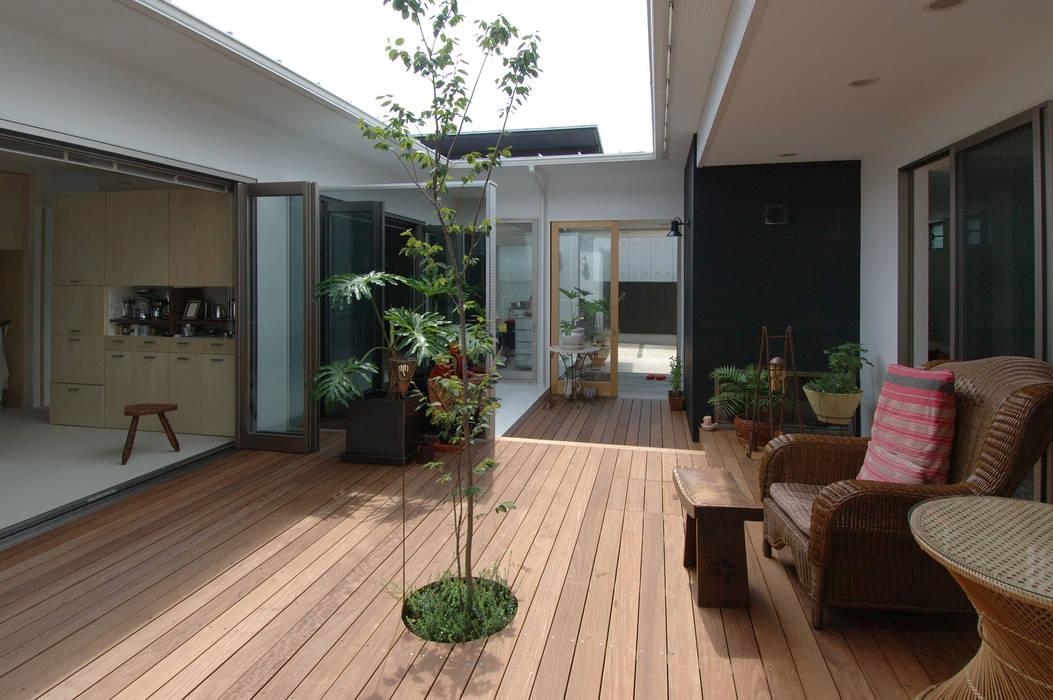 自然を感じる家で暮らす: スタジオ・ベルナが手掛けたテラス・ベランダです。,北欧 木 木目調