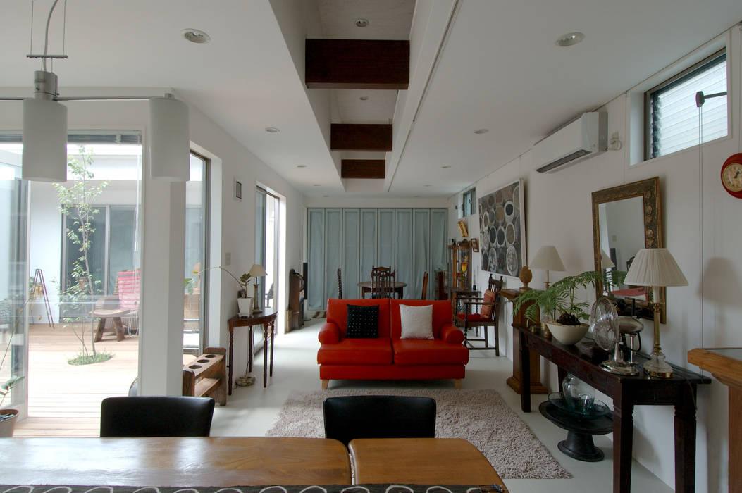 自然を感じる家で暮らす モダンデザインの リビング の スタジオ・ベルナ モダン