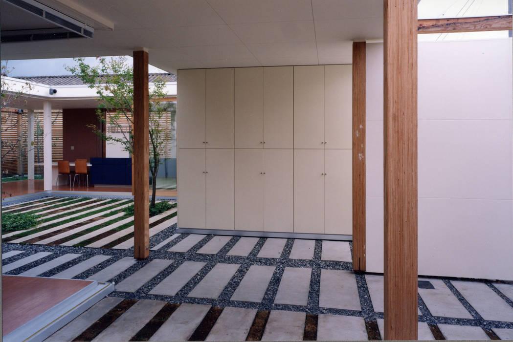 Garajes y galpones de estilo moderno de スタジオ・ベルナ Moderno