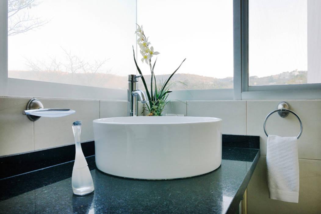 el lavamanos: Baños de estilo  por Excelencia en Diseño