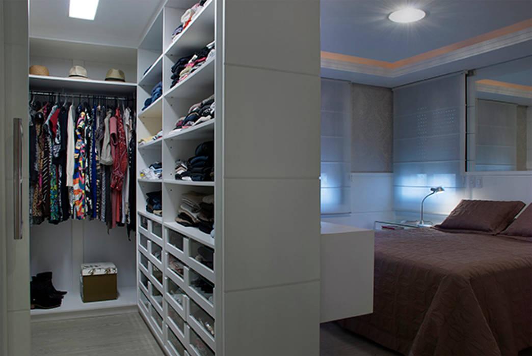 Dressing room by Angela Ognibeni Arquitetura e Interiores,
