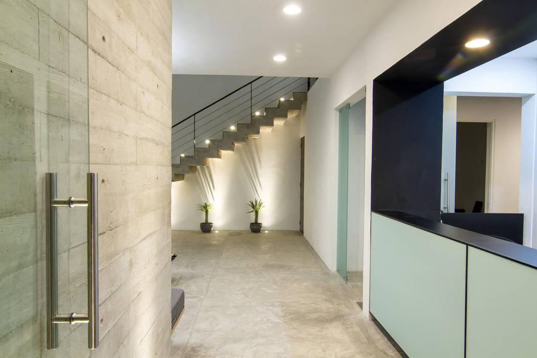 PRO-MEDICA: Salas de estilo  por Estudio Tresuncuarto