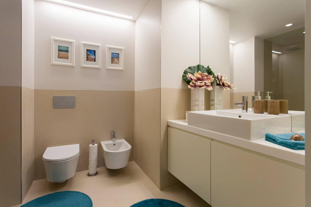 Modern Bathroom by Traço Magenta - Design de Interiores Modern