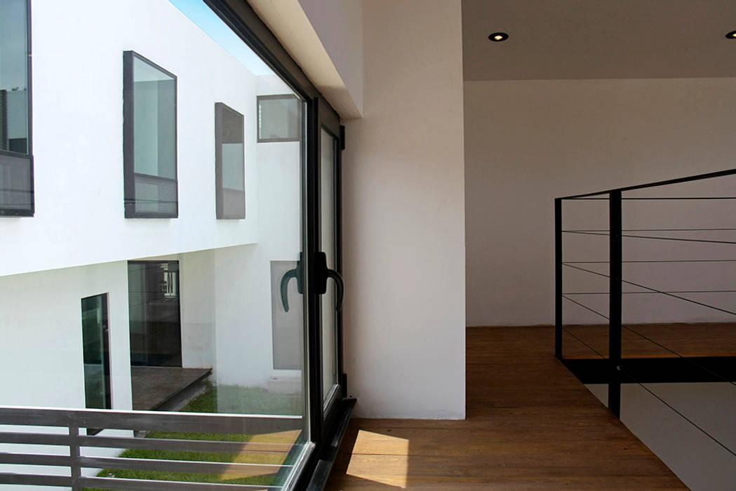 Segundo nivel en biblioteca: Estudios y oficinas de estilo moderno por Narda Davila arquitectura