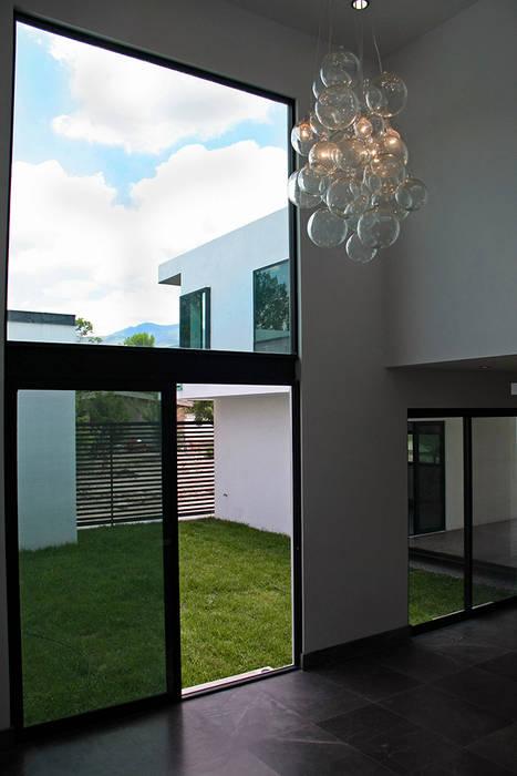 Vista desde sala hacia jardín central: Salas de estilo  por Narda Davila arquitectura
