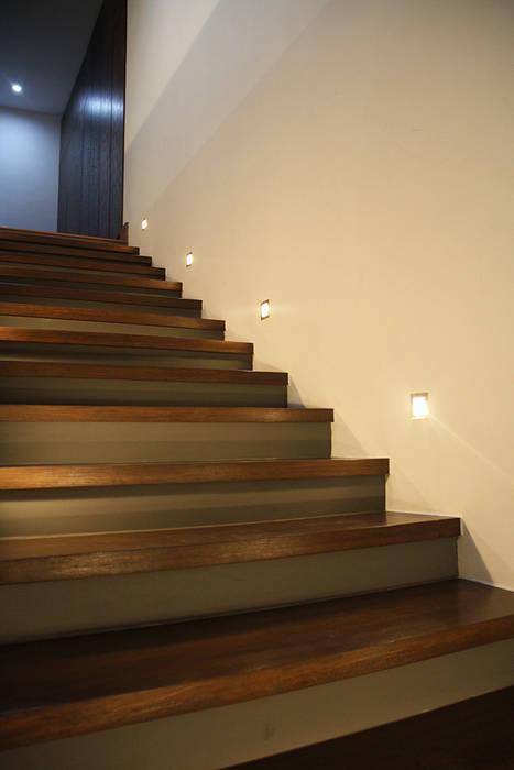 Escalera Pasillos, vestíbulos y escaleras modernos de Narda Davila arquitectura Moderno Madera Acabado en madera