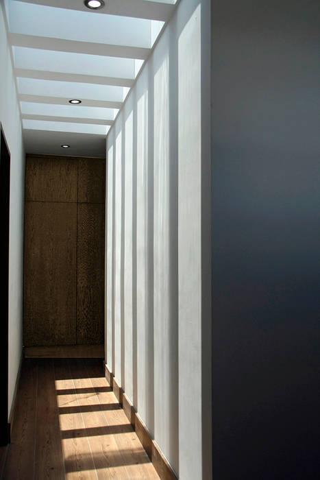 Pasillo a recamaras Pasillos, vestíbulos y escaleras modernos de Narda Davila arquitectura Moderno Madera Acabado en madera