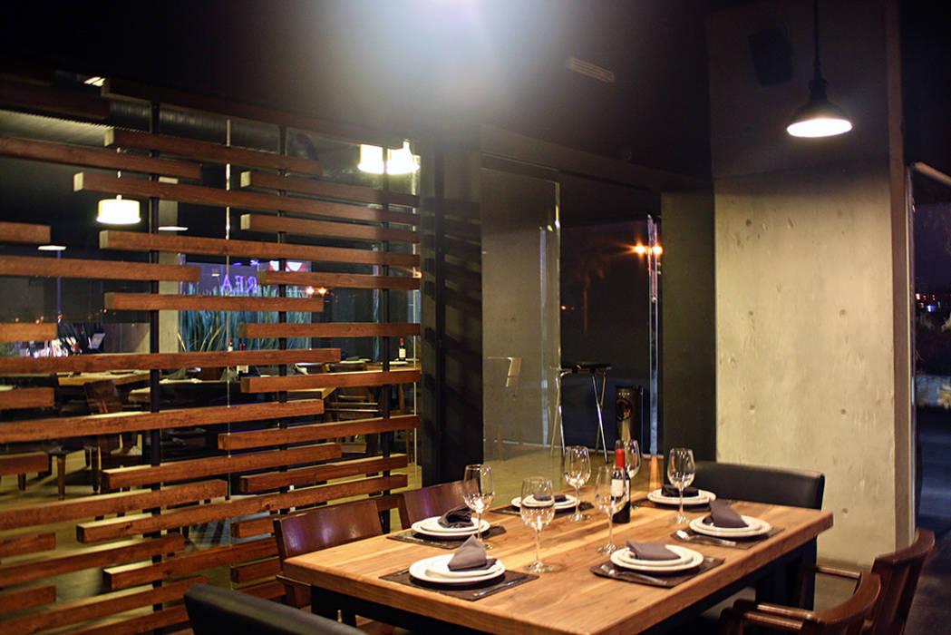 Acceso a area de fumadores: Restaurantes de estilo  por Narda Davila arquitectura