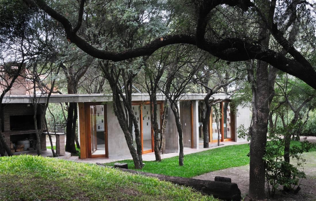 QUINCHO EN LOMAS Casas modernas: Ideas, imágenes y decoración de Arq. Santiago Viale Lescano Moderno