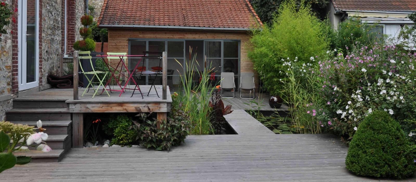 Jardin d'eau sur pilotis de bois et cuisine d'été par Taffin