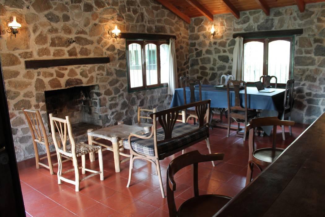 اتاق نشیمن توسطCasas de Campo, راستیک (روستایی) سنگ