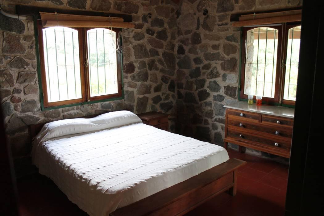 Casas de Campo Rustic style bedroom Stone