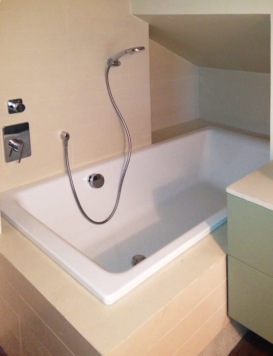 stanza da bagno con vasca  nel sottotetto: Bagno in stile in stile Minimalista di bilune studio