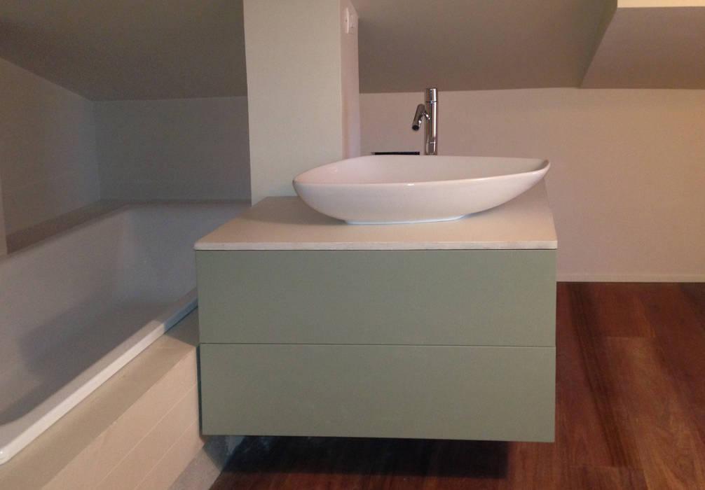 Stanza da bagno con vasca nel sottotetto bilune studio ...