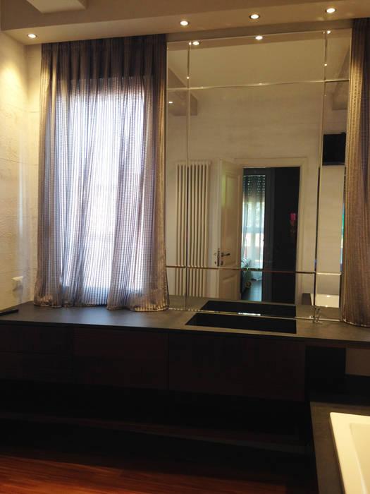stanza da bagno con arredi su misura: Bagno in stile in stile Moderno di bilune studio