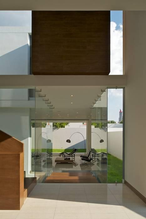Casa Koz Pasillos, vestíbulos y escaleras modernos de Tacher Arquitectos Moderno