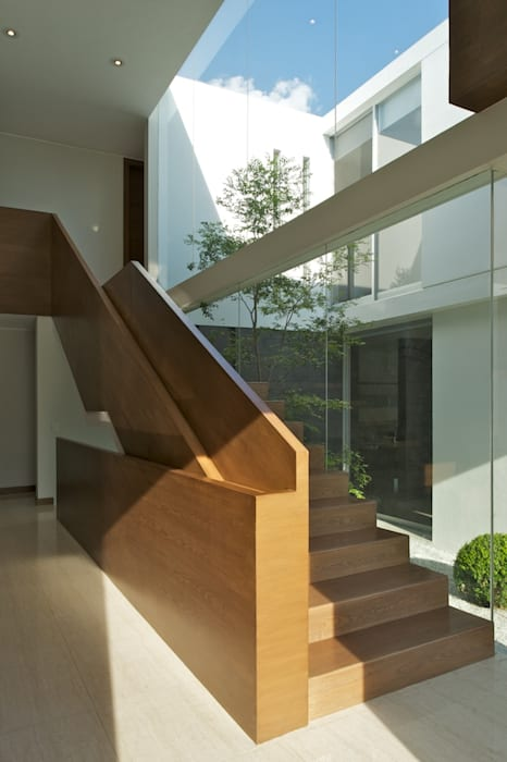Casa Koz: Pasillos y recibidores de estilo  por Tacher Arquitectos