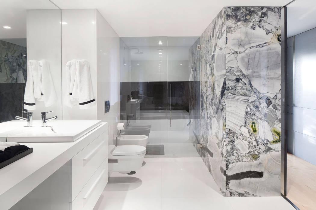 Casa de banho suite: Casas de banho  por GAVINHO Architecture & Interiors