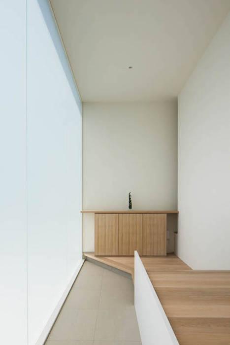 Minimalist corridor, hallway & stairs by MANI建築デザイン事務所 Minimalist