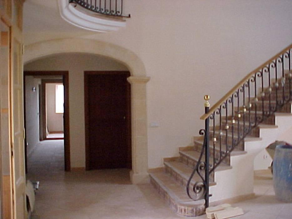 ABAD Y COTONER, S.L. Rustic style corridor, hallway & stairs