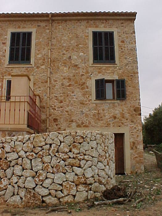 ABAD Y COTONER, S.L. Rustic style house Stone