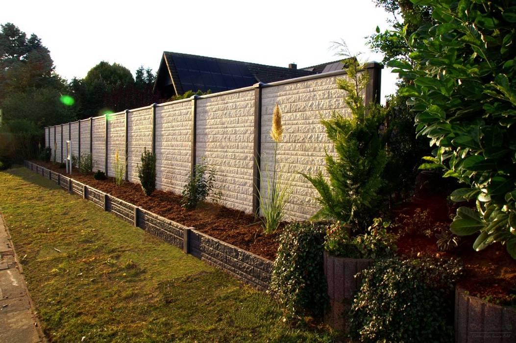"""Deluxe-Betonzaun Motiv """"Fels -Das Original-"""" Farbe hellgrau und anthrazit: moderner Garten von Morganland"""