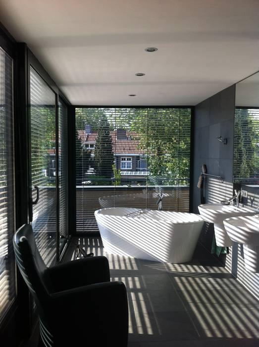 Badkamer als tuinkamer:  Badkamer door Van de Looi en Jacobs Architecten, Modern