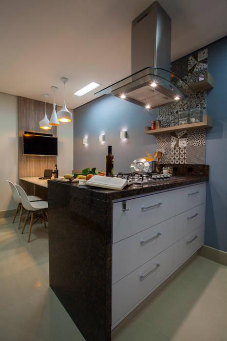 Cozinha apto em Itajaí - SC: Cozinhas  por Estúdio HL - Arquitetura e Interiores ,