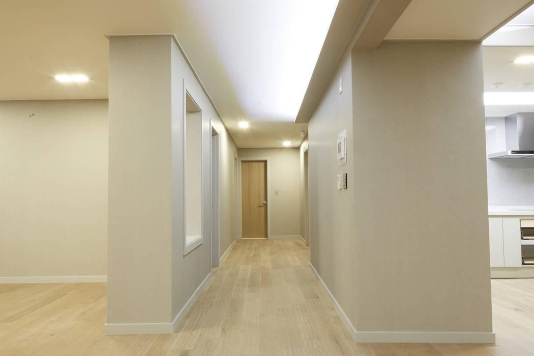 거실에서 현관입구쪽으로 나가는 복도입니다.: 안목 의  복도 & 현관